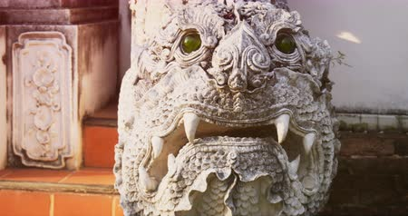 stilize : CHIANG MAI. THAILAND JAN 2018: Temple decoration. Intricate dragon sculpture on exterior of Wat Chedi Luang. DCI 4k video Stok Video