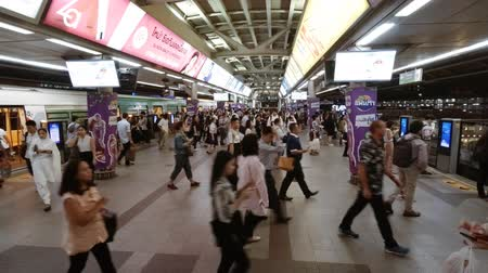 changing : BANGKOK. THAILAND JAN 2018: Crowds of people change trains at a typical BTS station in Bangkok. 4k stock footage