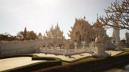 spletitý : CHIANG RAI. THAILAND - JAN 2018: Intricate and ornate exterior and gardens of Wat Rong Khun. the White Temple. Dostupné videozáznamy