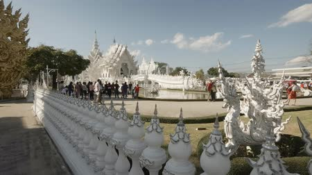 spletitý : CHIANG RAI. THAILAND - JAN 2018: Tourists exploring the grounds of Wat Rong Khun. the White Temple.