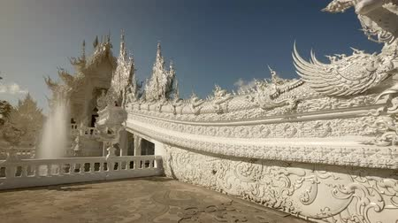 spletitý : CHIANG RAI. THAILAND - JAN 2018: Ornate exterior of Wat Rong Khun. the White Temple. with decorative fountain. Dostupné videozáznamy