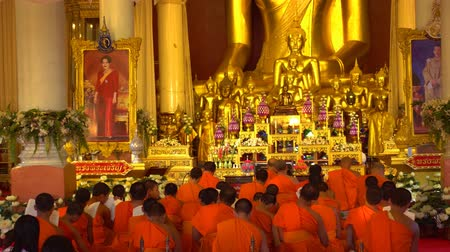 pozlacený : CHIANG MAI. THAILAND - JAN 2018: Monks Chanting inside Wat Phra Singh Temple. in Thailand. with sound. Dostupné videozáznamy