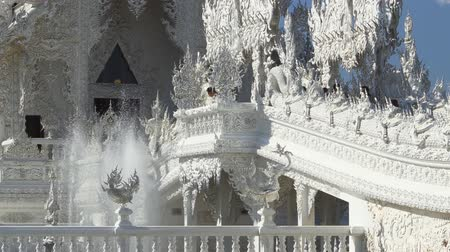 spletitý : CHIANG RAI. THAILAND - JAN 2018: Decorative Fountains and Intricate Facade of Wat Rong Khun in Chiang Rai. Thailand. Video 4k Ultra HD Dostupné videozáznamy