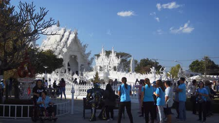 spletitý : CHIANG RAI. THAILAND - JAN 2018: Family Tour Group Photographing Human Statue Performer at Wat Rong Khun. Stock footage 4k