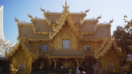 középkori : CHIANG RAI. THAILAND - JAN 2018: Golden Building at Wat Rong Khun is a Public Restroom. Video 1080p Stock mozgókép
