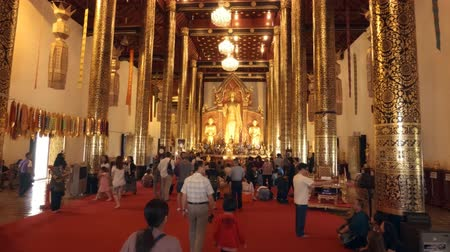 filigrana : CHIANG MAI. THAILAND JAN 2018: Worshippers and Tourists Inside Massive Central Hall of Wat Chedi Luang. Video UltraHD 4k