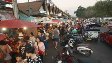 clipe : CHIANG MAI. THAILAND JAN 2018: Crowd of Visitors Shopping at a Chiang Mai Public Market. 4k Ultra HD video