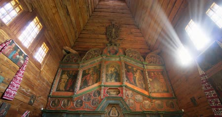 muzeum : KIEV. UKRAINE - OCT 2018: Interior of an Old. Wooden Orthodox Church with Traditional Icons. Video DCI 4k