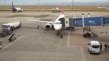 docking : TBILISI. GEORGIA - OCT 2018: Ground Crew Prepping a Commercial Airliner at Tblisi International Airport. Stock video 1080p