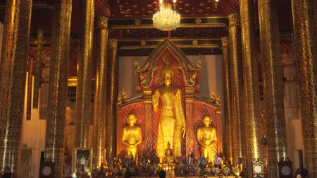 yaldızlı : CHIANG MAI. THAILAND JAN 2018: Massive Gold Buddha Statues inside Wat Phra Singh Woramahawihan Temple. Video UltraHD 4k Stok Video