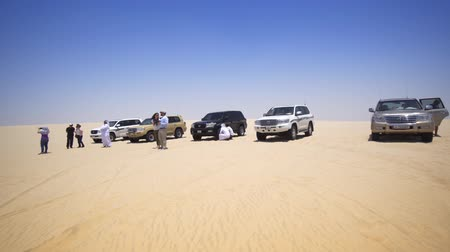 STATE OF QATAR - MAY 2018: Tourists on Safari Stop for Photos in the Desert Wideo