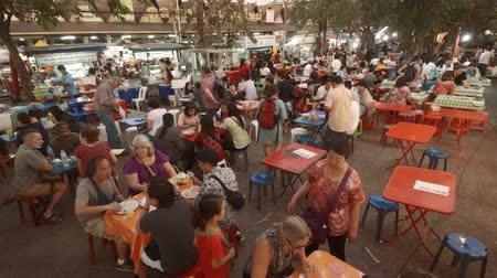 CHIANG MAI. THAILAND JAN 2018: Crowd of Customers at an Outdoor Dining Area of a Local Street Food Market. Video 4k Стоковые видеозаписи