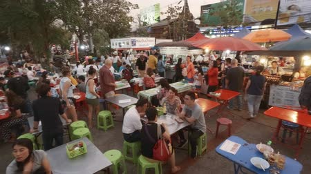 CHIANG MAI. TAILANDIA ENERO DE 2018: Multitud de clientes en un comedor al aire libre de un mercado local de comida callejera. Video Ultra HD 4k Archivo de Video