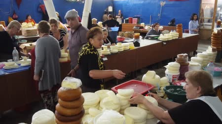 KUTAISI. GEORGIA - OCT 2018: Local vendors selling cheeses at the indoor. public market in Kutaisi. Стоковые видеозаписи