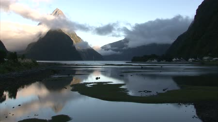 Új zéland : Sunrise flowing clouds over the hills in Milford Sound Bay. Milford Sound, New Zealand, Southern Island
