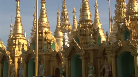 пагода : Interior of the biggest Buddhist temple Shwedagon pagoda, Rangoon, Burma. Dayview, panning right.