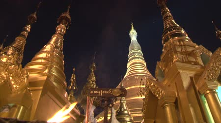 пагода : Interior of the biggest Buddhist temple Shwedagon pagoda, Rangoon, Burma. Nightview, tilt. Стоковые видеозаписи