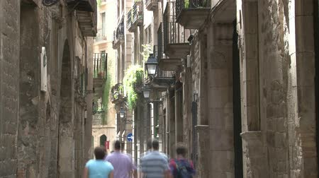 spanyolország : Walking people in lane of Gothic quarter in Barcelona. Time lapse.