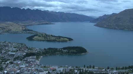 Új zéland : Sunset in Queenstown, bay on Lake Wakatipu, New Zealand, Southern Island. Stock mozgókép