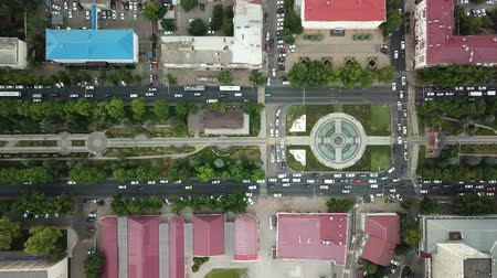 passagem elevada : Summer 2018 aerial drone footage of rooftops and streets in the center of Krasnodar city, Russia. Top down view of traffic jam. Vídeos