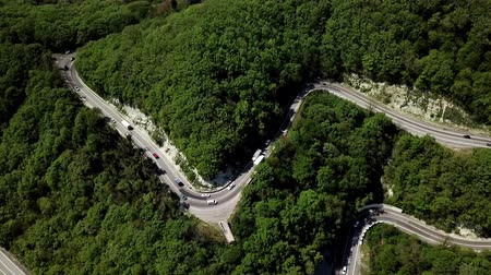 viraj : Aerial view of a curved winding road with cars passing Stok Video