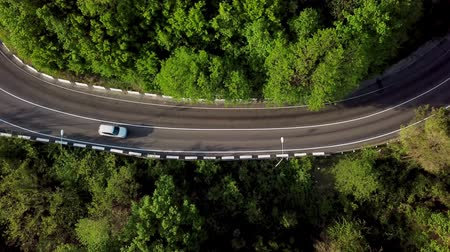 曲がりくねった : Top down view of winding mountain road with cars 動画素材
