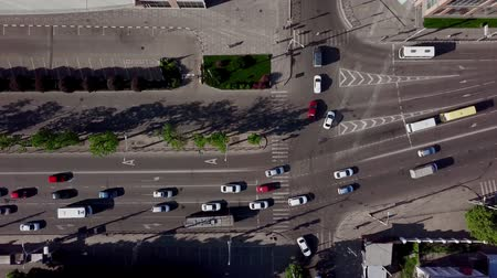 otoyol : Aerial top down shot of a traffic jam on a car road intersection in the rush hour. Stok Video