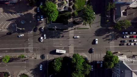 пересечение : Drones Eye View - Aerial view of the vehicular intersection, fly under trees. Стоковые видеозаписи