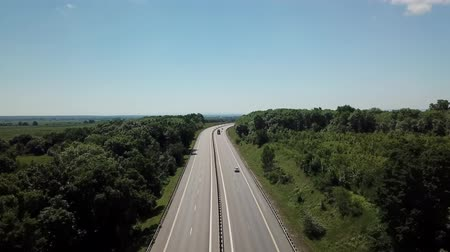 pista de corrida : 4k aerial shot of a highway passing through the rural countryside and green forest