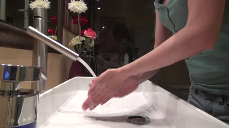 banyo : woman washing her hands in a bathroom  Stok Video