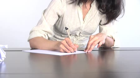 autor : white shirt woman on a table writing on a white paper