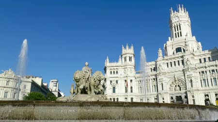 bohyně : landmark of famous neoclassical sculpture monument fountain of greek goddess Cibeles in Madrid city Spain Europe. Made in year 1782 by Ventura Rodriguez artist Dostupné videozáznamy