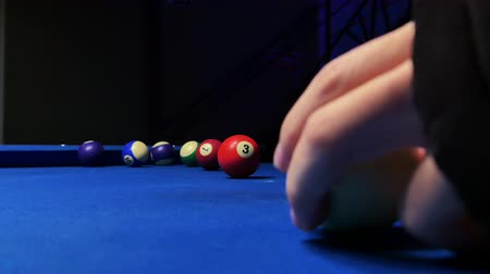 sinuca : Footage of a player shooting the snooker ball and failing to score it into the pocket.