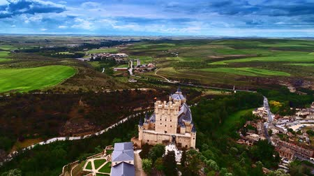 oude stad : Luchtfoto van Alc? Zar van Segovia of Segovia Fort in Spanje. Stockvideo