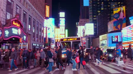 brodway : NEW YORK CITY, Stati Uniti d'America - 30 ottobre 2018: a piedi attraverso la strada a Times Square e 42nd street view nel centro di Manhattan, New York City.