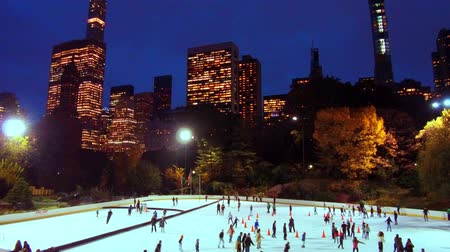 Pista di pattinaggio su ghiaccio in Central Park timelapse in inverno con skate persone a Midtown New York City