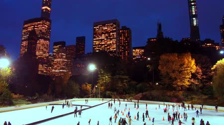 natale : Pista di pattinaggio su ghiaccio in Central Park timelapse in inverno con skate persone a Midtown New York City