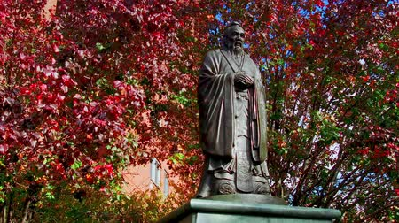 Çin mahallesi : Confucius statue in China town in Downtown Manhattan New York City