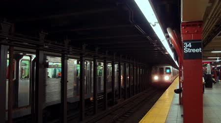 A Train arrive at station in 34th street in New York City Stockvideo