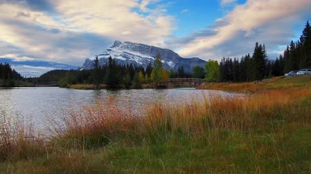 waterkant : Walk at waterfront with wood bridge snow mountain and autumn in Banff National Park, Canada.