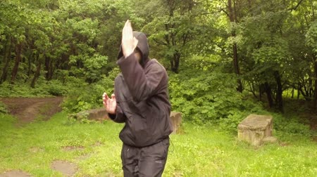 antropologia : el instructor muestra en el Parque de la antigua magia movimiento indígena El Primer grupo: maceración energía para el intento de la primera serie: La serie para la preparación de video instructivo Intención el Plan general, plano medio, de cerca Archivo de Video