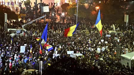 ралли : BUCHAREST, ROMANIA - NOVEMBER 05, 2015: Third Day Of Protest In University Square And In Front Of National Theater Against Corruption And Romanian Government.