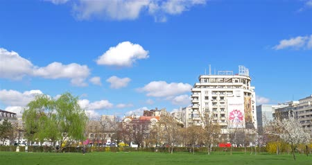 kasaba : BUCHAREST, ROMANIA - MARCH 08, 2016: Downtown City View From Union Square (Piata Unirii) Central Park Of Bucharest City In Spring. Stok Video