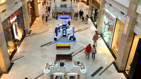 BUCHAREST, ROMANIA - SEPTEMBER 25, 2016: People Crowd Rush For Shopping In Luxury Mall Interior. Стоковые видеозаписи