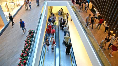 ludzie : BUCHAREST, ROMANIA - SEPTEMBER 01, 2016: People Crowd Rush For Shopping In Luxury Mall Interior. Wideo