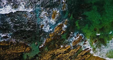 português : Aerial Footage Of Ocean Waves Crushing On Rocky Beach Stock Footage