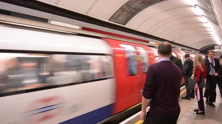 podzemní : Passengers travel on London Underground platform. The Annual passenger numbers of London Underground is 1.265 billion