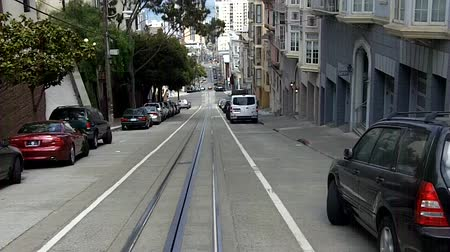 icônico : SAN FRANCISCO - MAY 17 2015:Passengers riding on cable car in San Francisco, CA.US Department of Transportation counts the cable cars as mass transportation system with the most accidents per year.