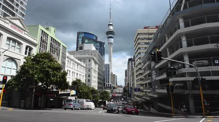 centrální čtvrť : Auckland cityscape street scene with the sky tower in the city CBD central business district in Auckland New Zealand.