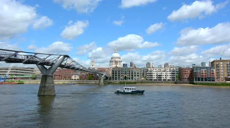 купол : St Pauls Cathedral the and Millennium Bridge,London UK.The Millennium Bridge was Londons first new Thames crossing in more than 100 years, since Tower Bridge was opened in 1894. Стоковые видеозаписи